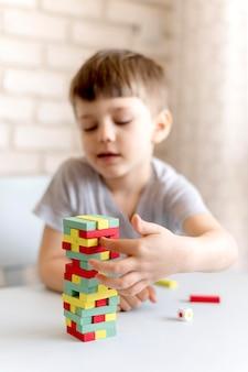 Colpo medio sfocato bambino con gioco jenga