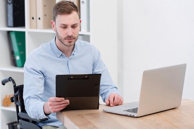 Colpo medio uomo con laptop