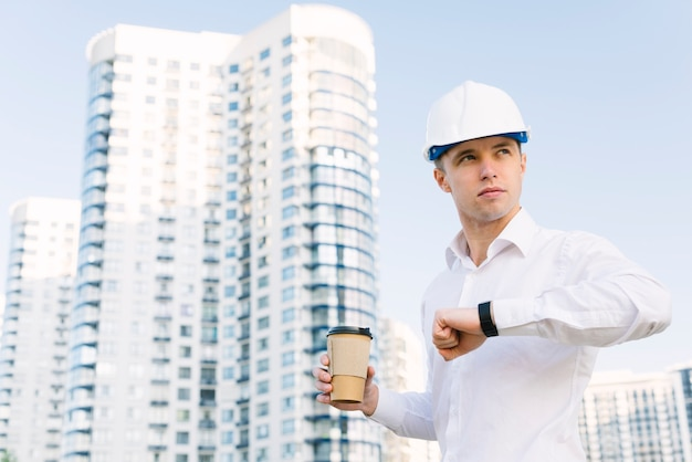 Colpo medio uomo con orologio e caffè