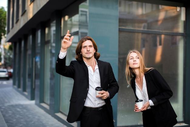 Colpo medio uomo e donna guardando lontano
