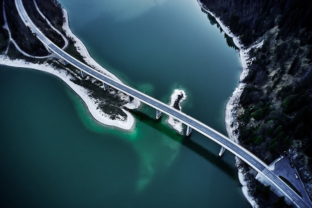 Colpo mozzafiato dell'angolo alto di un'autostrada sopra l'acqua turchese