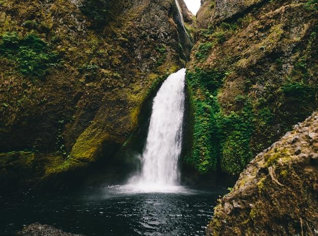Colpo mozzafiato di una piccola cascata in montagna