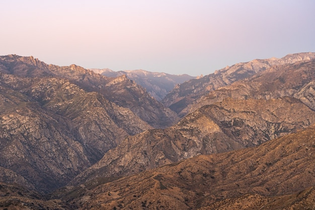 Colpo orizzontale delle catene montuose marroni