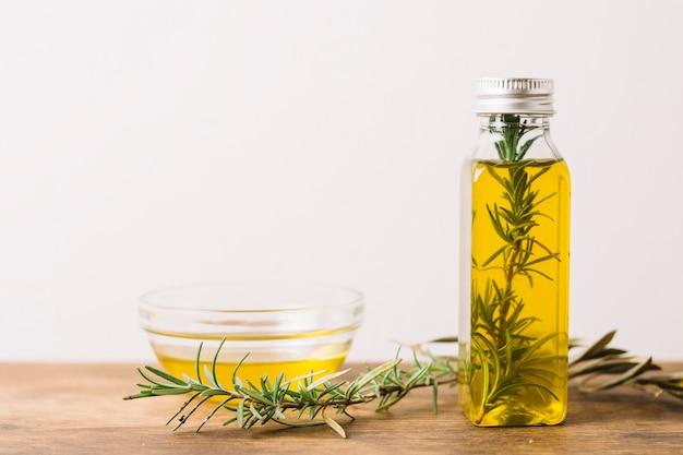 Colpo orizzontale di olio d'oliva con rosmarino e copia-spazio