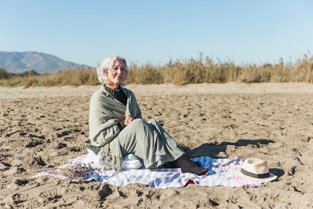 Colpo pieno della donna senior pacifica