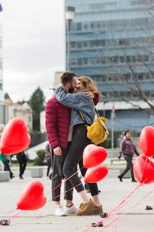 Colpo pieno di baciare adorabile delle coppie