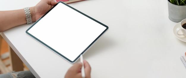 Colpo potato dell'imprenditore maschio che lavora alla compressa digitale con la penna dello stilo