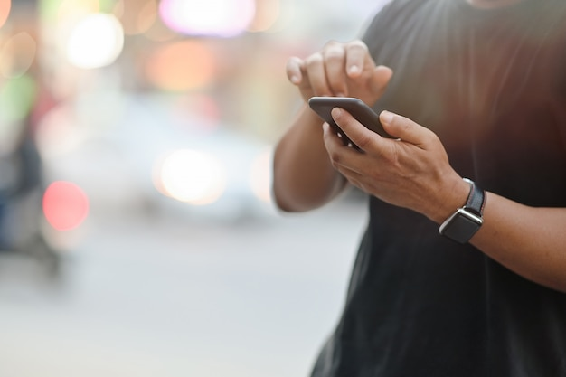 Colpo potato dell'uomo che per mezzo del telefono cellulare.