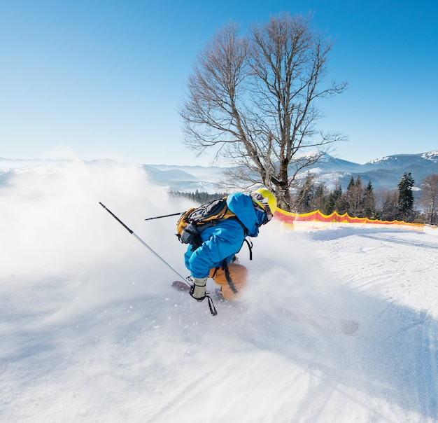 Colpo retrovisore di uno sciatore a cavallo lungo il pendio presso la stazione sciistica nelle montagne dei carpazi attività stagionale sport sportivo hobby ricreazione concetto di viaggio