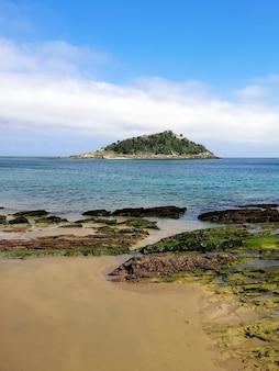 Colpo verticale ad alto angolo di uno scenario affascinante della spiaggia a san sebastian, spagna