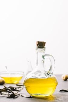 Colpo verticale bottiglia di olio d'oliva alla luce