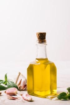 Colpo verticale bottiglia di olio d'oliva con colore dorato