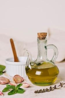Colpo verticale bottiglia di olio d'oliva