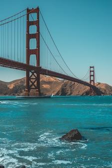 Colpo verticale del bellissimo golden gate bridge e sorprendente cielo blu chiaro
