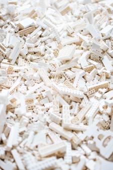 Colpo verticale del fuoco selettivo di tutte le particelle elementari bianche del mattone del giocattolo