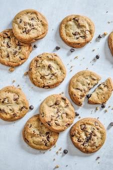 Colpo verticale del primo piano dei biscotti cotti del cioccolato