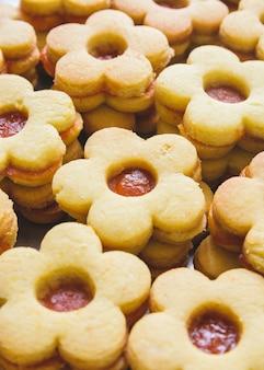 Colpo verticale del primo piano di biscotti carini con marmellata