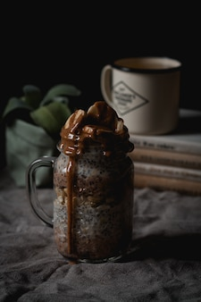 Colpo verticale dell'angolo alto di una bevanda deliziosa della banana e del cioccolato con i semi di chia