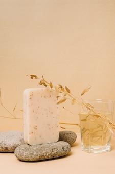 Colpo verticale della barra di sapone organico