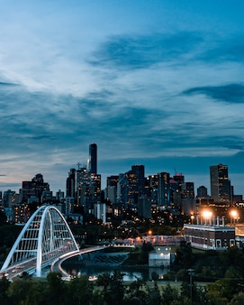 Colpo verticale della città occupata che riflette nel fiume