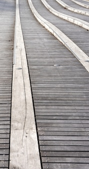 Colpo verticale della passerella in legno durante il giorno
