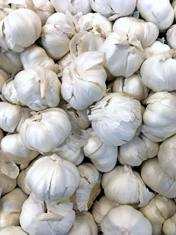 Colpo verticale di aglio utilizzato come ingredienti in una ricetta