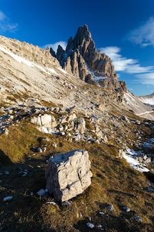 Colpo verticale di angolo basso della montagna di paternkofel nelle alpi italiane
