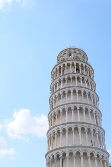 Colpo verticale di angolo basso della torre pendente di pisa sotto un bello cielo blu