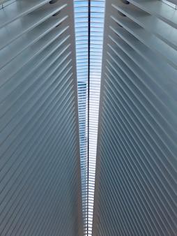 Colpo verticale di angolo basso di un soffitto simmetrico bianco