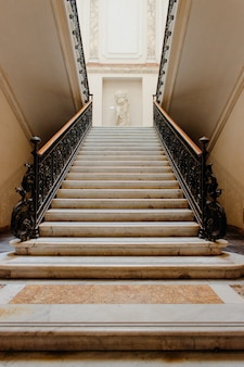 Colpo verticale di angolo basso di una scala dentro un bello edificio storico