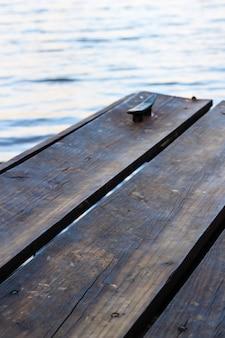 Colpo verticale di barche di legno sopra l'acqua
