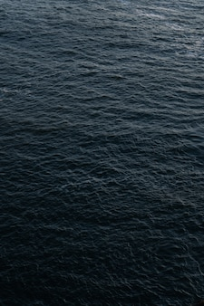 Colpo verticale di bella struttura dell'acqua