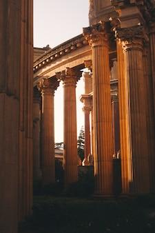 Colpo verticale di belle vecchie colonne romane ad un colosseo