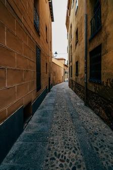 Colpo verticale di edifici su vecchie strade nel quartiere ebraico di segovia, in spagna