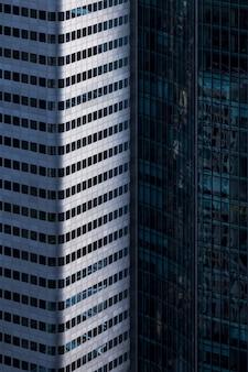 Colpo verticale di grattacieli in una facciata di vetro a francoforte, germania