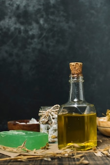 Colpo verticale di olio d'oliva con saponetta