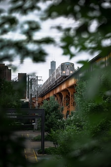 Colpo verticale di un treno sul ponte