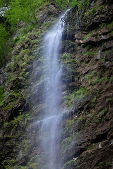 Colpo verticale di una piccola cascata nelle rocce del comune di skrad in croazia
