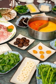 Colpo verticale di una zuppa e contorni con ortaggi a foglia e spezie