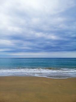 Colpo verticale di uno scenario perfetto di una spiaggia tropicale nella località turistica di san sebastian, spagna