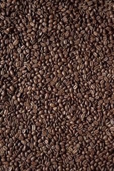 Colpo verticale sopraelevato di chicchi di caffè ottimo per sfondo o un blog