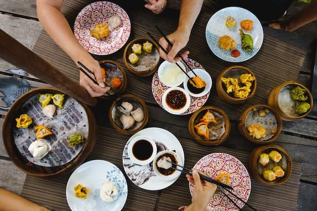 Colpo vibrante di dilettarsi con panini al vapore e fritti cinesi