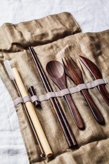 Coltelleria di bambù di legno amichevole di eco in una scatola del tessuto, concetto zero dello spreco.
