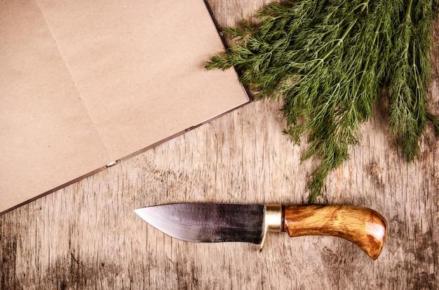 Coltello da cucina, tagliere e libro di cucina
