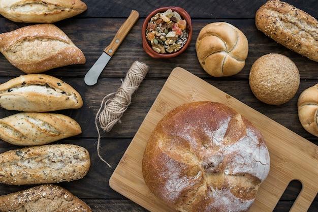 Coltello e corda vicino a frutta candita e pane