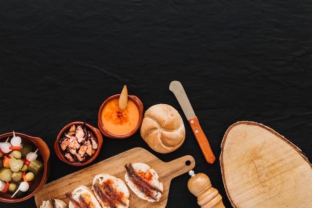 Coltello e legna vicino al cibo