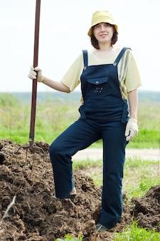 Coltivatore lavora con concime