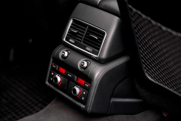 Comandi del climatizzatore sui sedili posteriori dell'auto