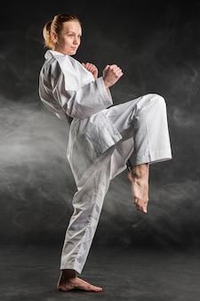 Combattente caucasico di arti marziali che si esercita