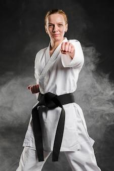 Combattente di arti marziali che posa vista frontale